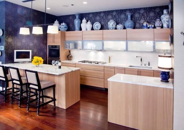 Дизайн кухни с темными обоями и светлой мебелью