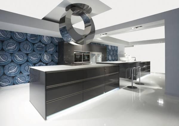 Дизайн большой кухни с яркими обоями на стенах