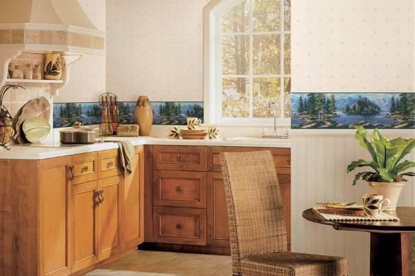 Традиционные обои с бордюрами на кухне