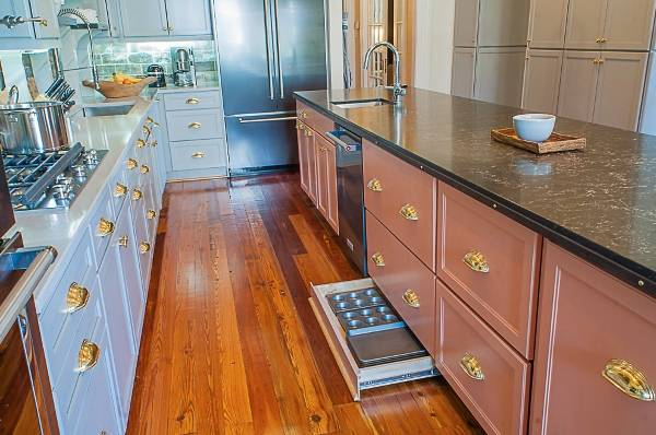 Мебельная фурнитура под золото в дизайне кухни