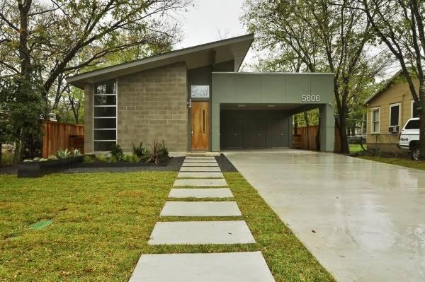 Маленький дом с гаражом и навесом