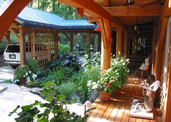 Дом с верандой и пристроенным навесом