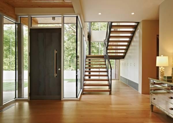 Элегантная металлическая дверь на парадный вход