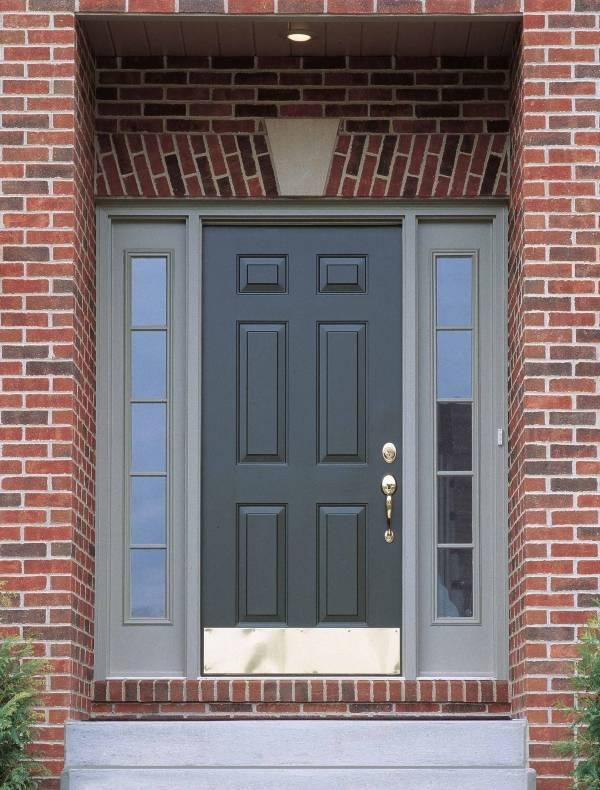Входные двери в красный кирпичный дом