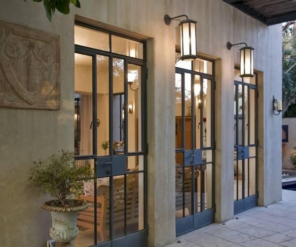 Стеклянные входные двери в металлическом корпусе