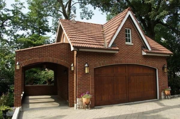 Дизайн дома с навесом из красного кирпича