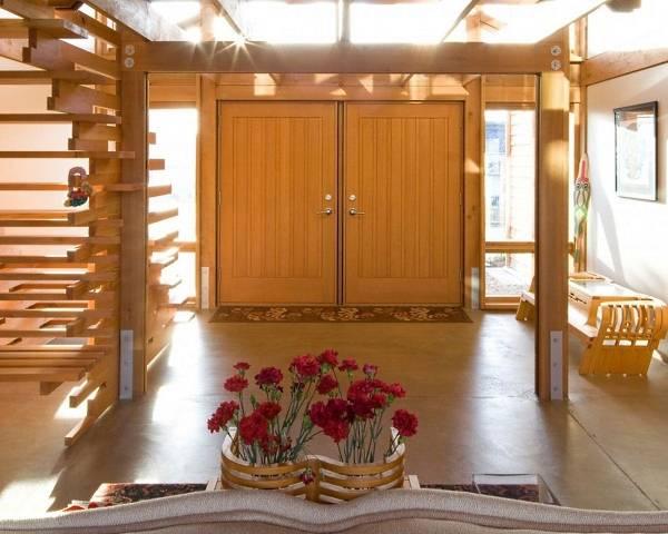 Двустворчатые входные двери из светлого дерева