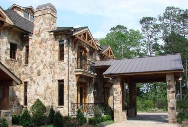 Дизайн дома с гаражом и навесом из каменных блоков