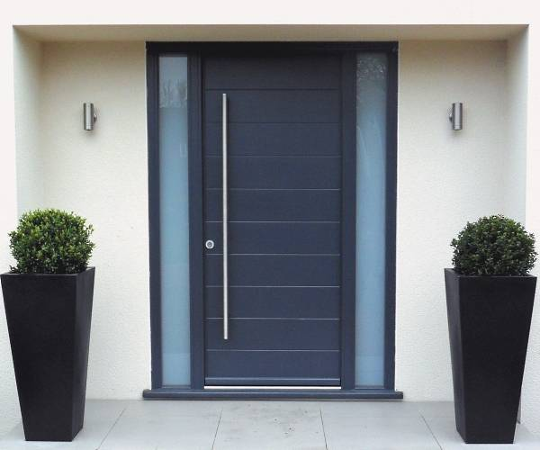 Темно-синие входные двери из стали