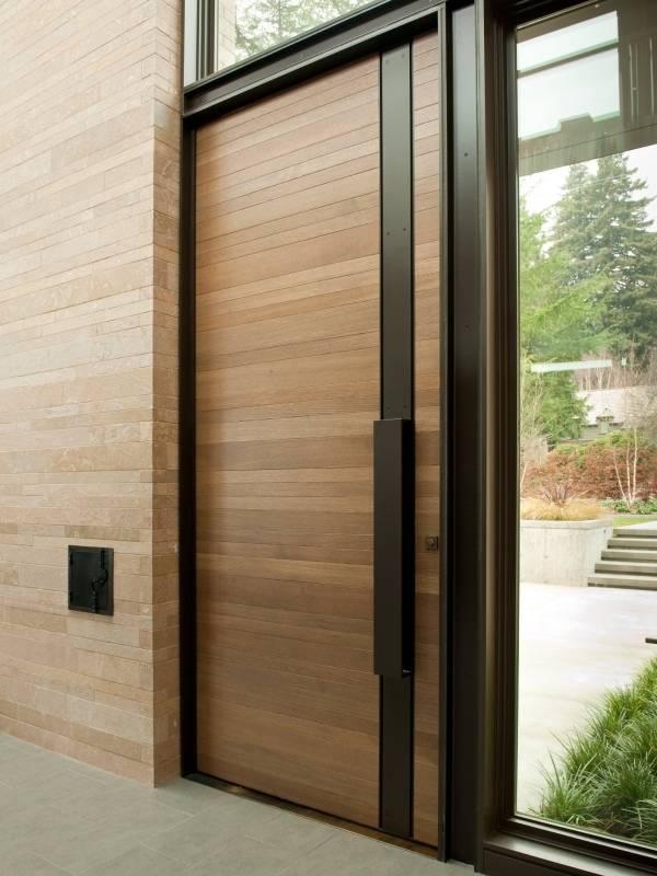 Стильные двери из дерева с черной отделкой