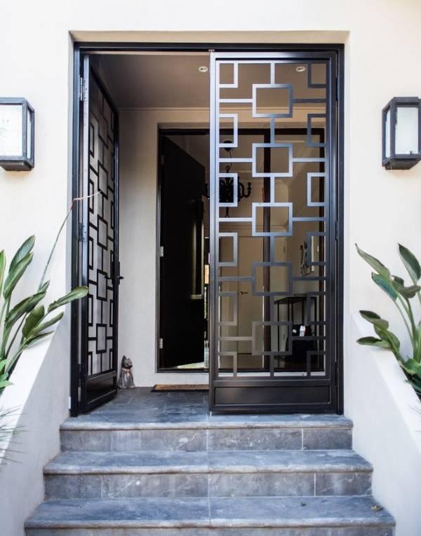 Геометрический дизайн входных дверей из металла