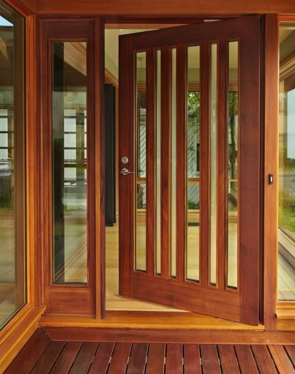 Входные двери из дерева со стеклом