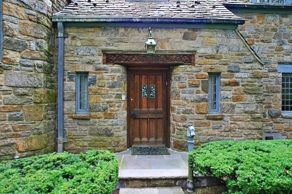 Дизайн дома и дверей под средневековой замок