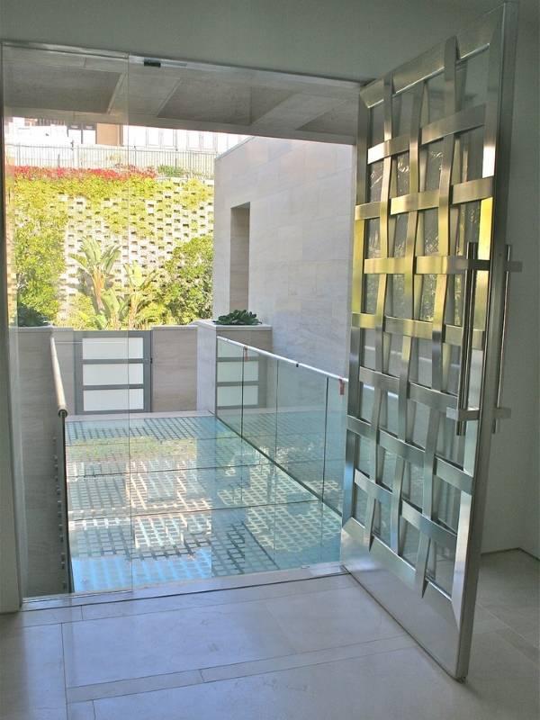 Входные двери из стекла и нержавеющей стали