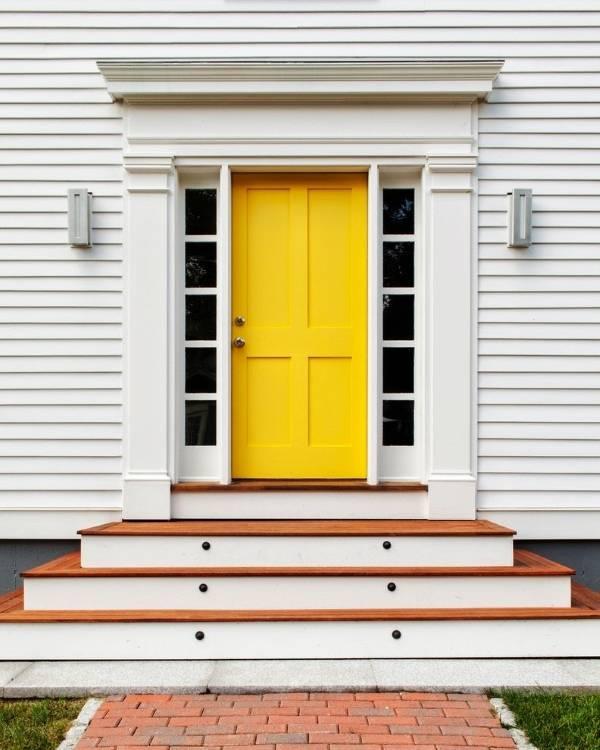 Яркая входная дверь в современный дом
