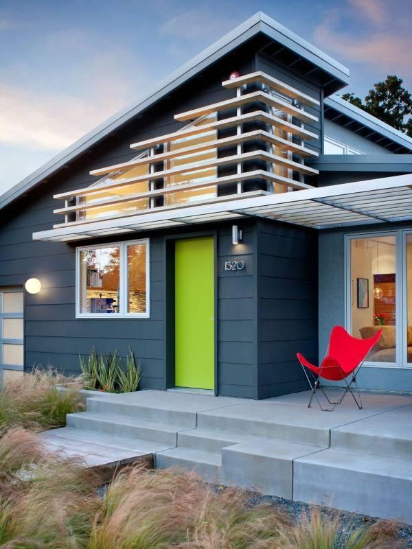 Яркие металлические двери на входе в дом