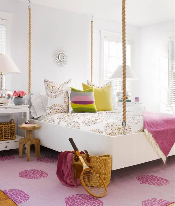 Белая кровать на канатах в женской комнате