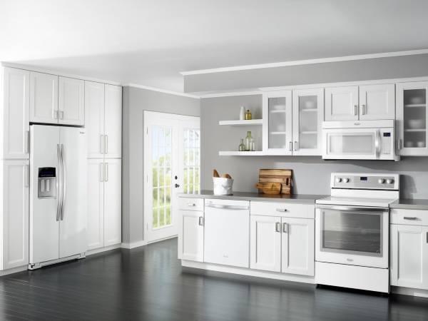 Белые встроенные шкафы на кухне