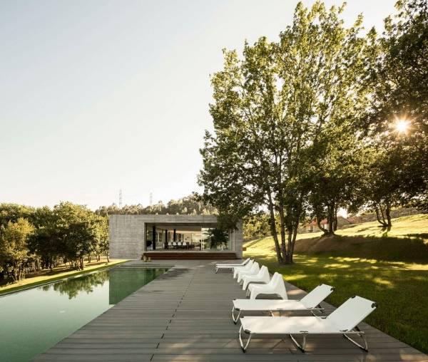 Бетонный частный дом с бассейном