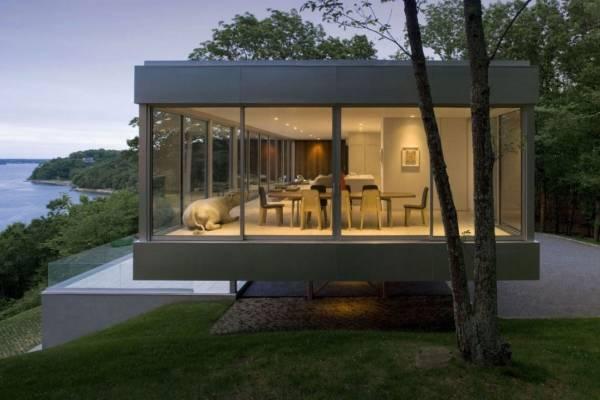 Современный частный дом с прозрачными стенами