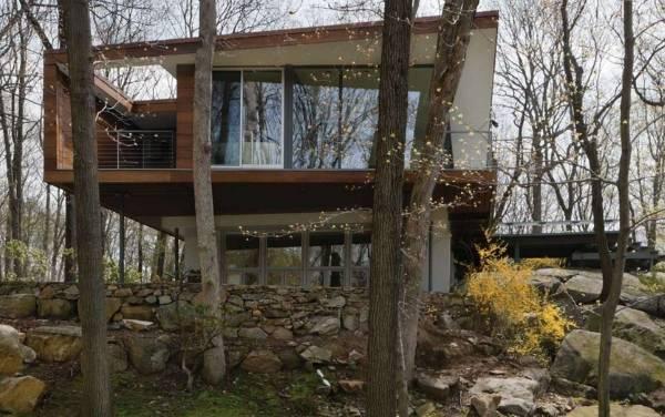 Дизайн двухэтажного частного дома в лесу