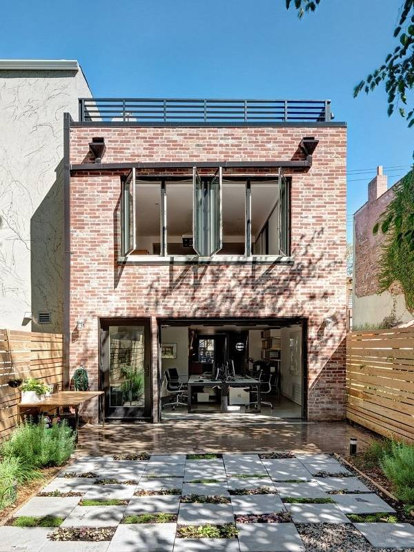 Внутренний дизайн частного дома из красного кирпича