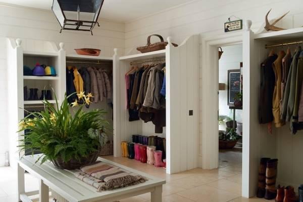 Идея для хранения вещей в прихожей: встроенные шкафы