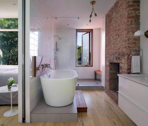 Кирпичная стена в ванной комнате