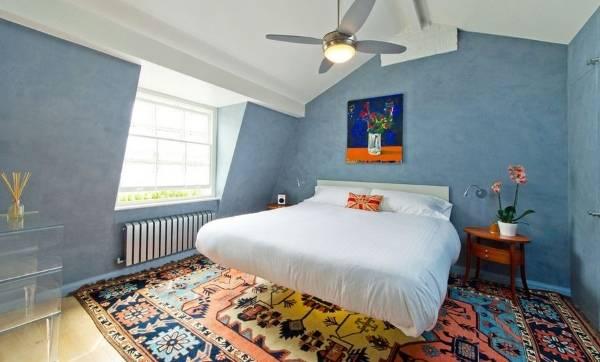 Яркая современная спальня с плавающей кроватью