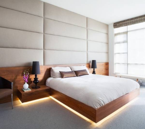 Красивая деревянная кровать с подсветкой