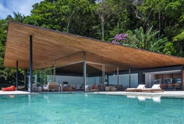 Красивый одноэтажный дом с бассейном
