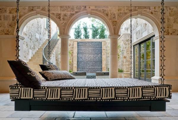 Кровать, подвешенная на цепях
