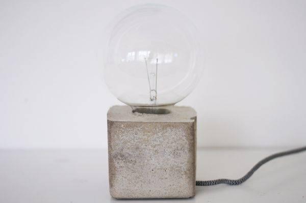 Самодельная настольная лампа из цемента