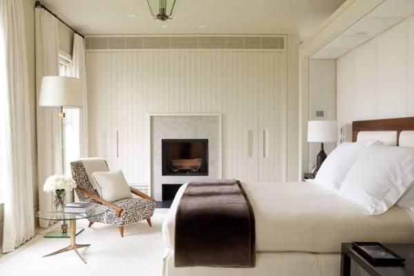 Встроенные шкафы и камин в спальне