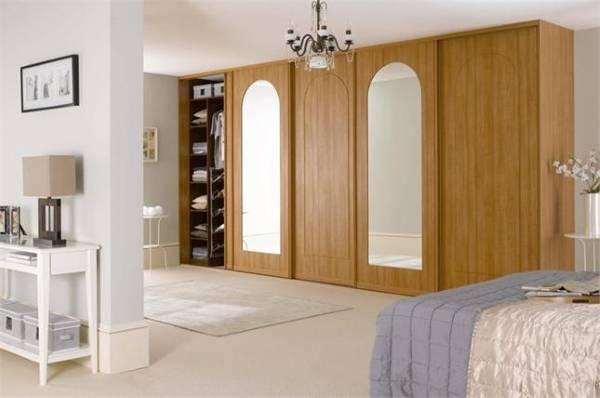 Шикарный шкаф купе из дерева в спальне