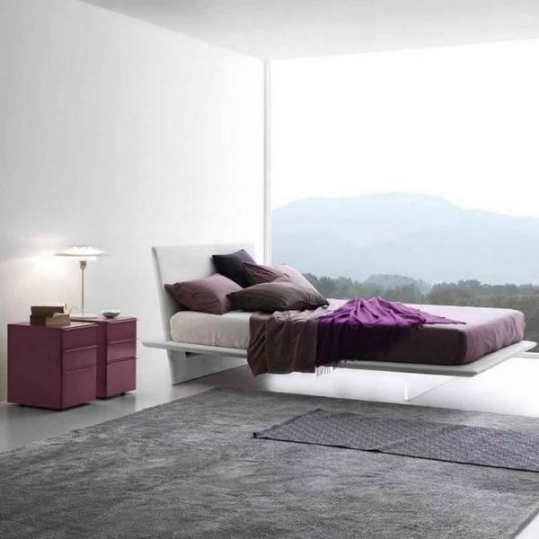 Современная кровать с прозрачными ножками