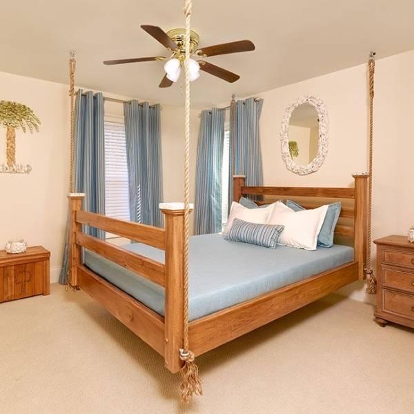 Кровать, подвешенная за канаты