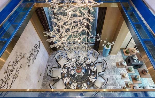 Круглый обеденный стол в шикарном дизайне частного дома