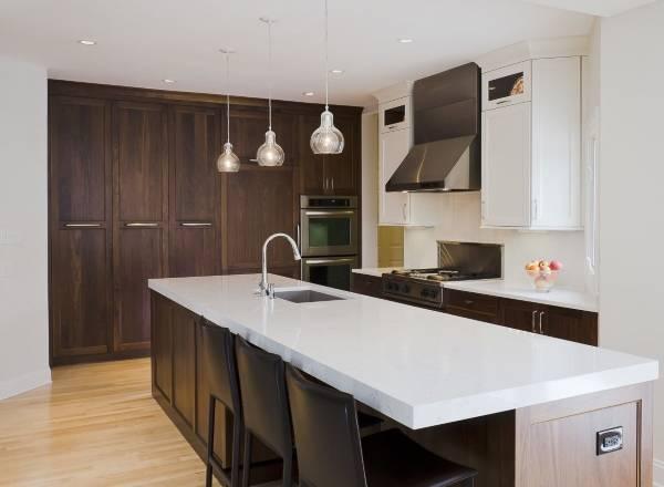 Высокие встроенные шкафы в интерьере кухни частного дома