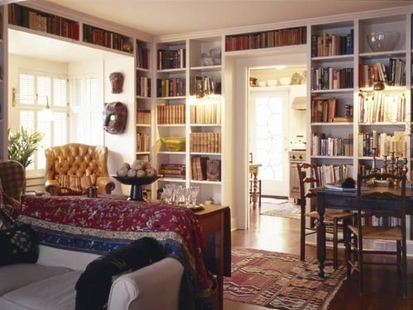 Встроенный книжный шкаф в библиотеке частного дома