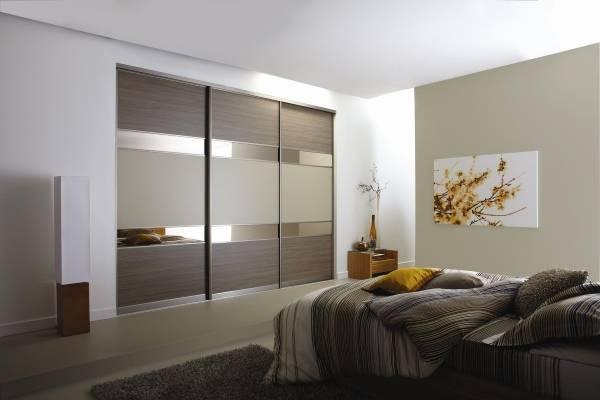 Модный шкаф купе, встроенный в стену спальни