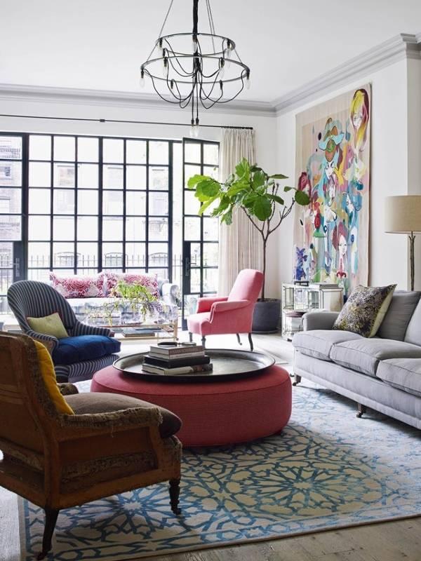Яркий декор в дизайне современной гостиной