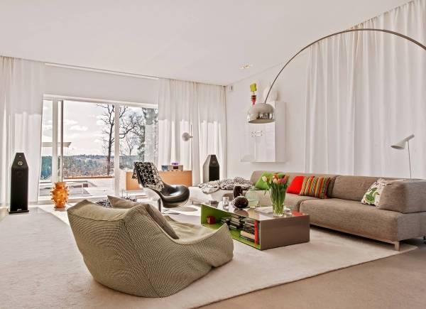 Современная гостиная в частном доме