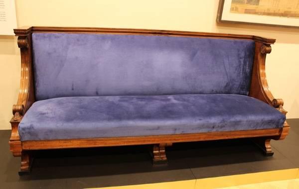 Старинный диван в стиле барокко из СССР 30-х годов