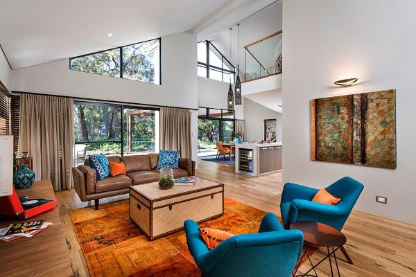 Современный интерьер гостиной в синем и оранжевом цвете