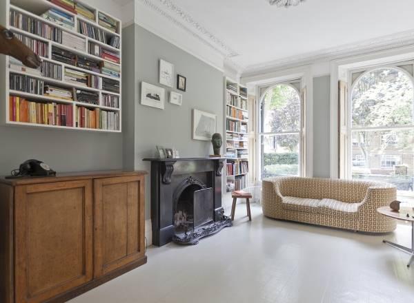 Дизайн гостиной в современном стиле в книжным шкафом