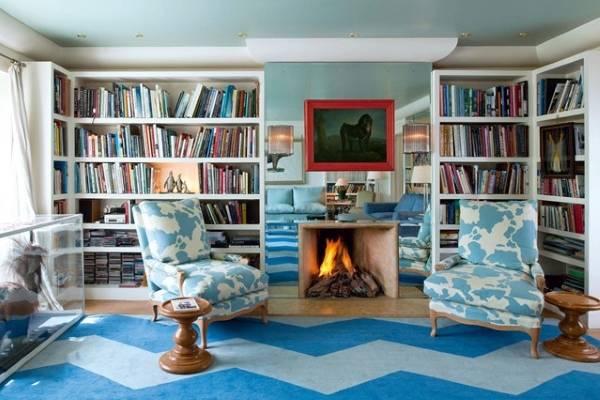 Гостиная с камином и книжными шкафами