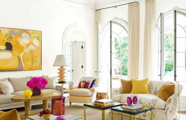Желто-розовый интерьер гостиной - фото в современном стиле