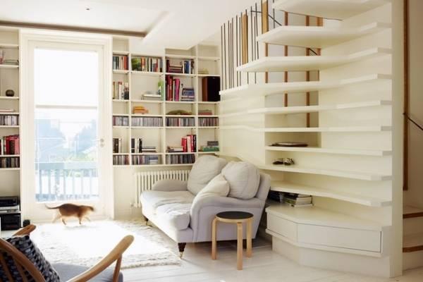 Стильные книжные полки в гостиной частного дома