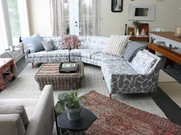 Компактный угловой диван в дизайне гостиной